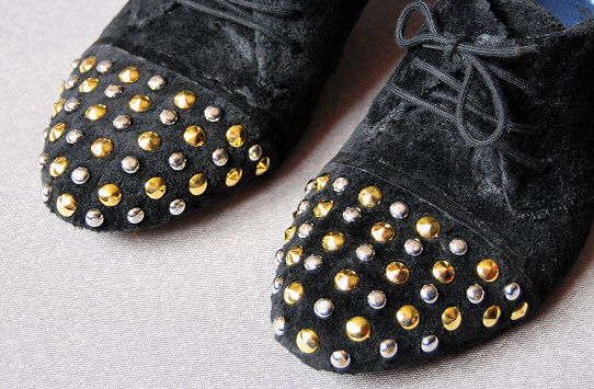 studded pump detail toe